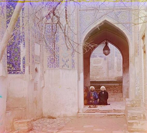 Deux hommes assis dans une mosquée, toujours en Ouzbékistan