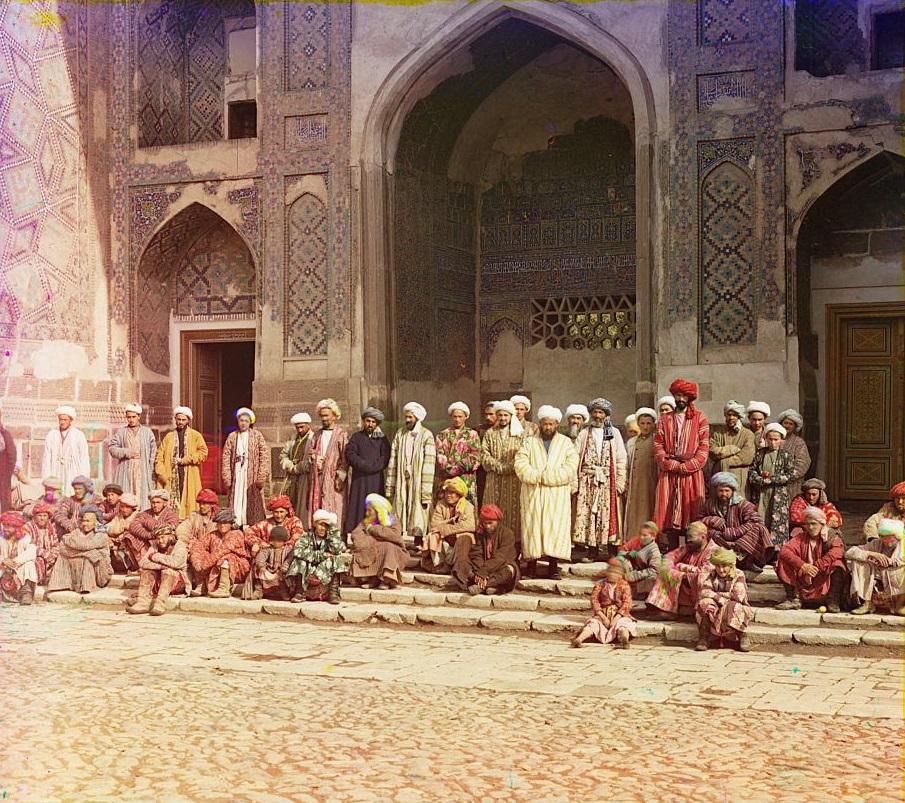 Plusieurs fidèles à l'entrée d'une mosquée à Samarkand