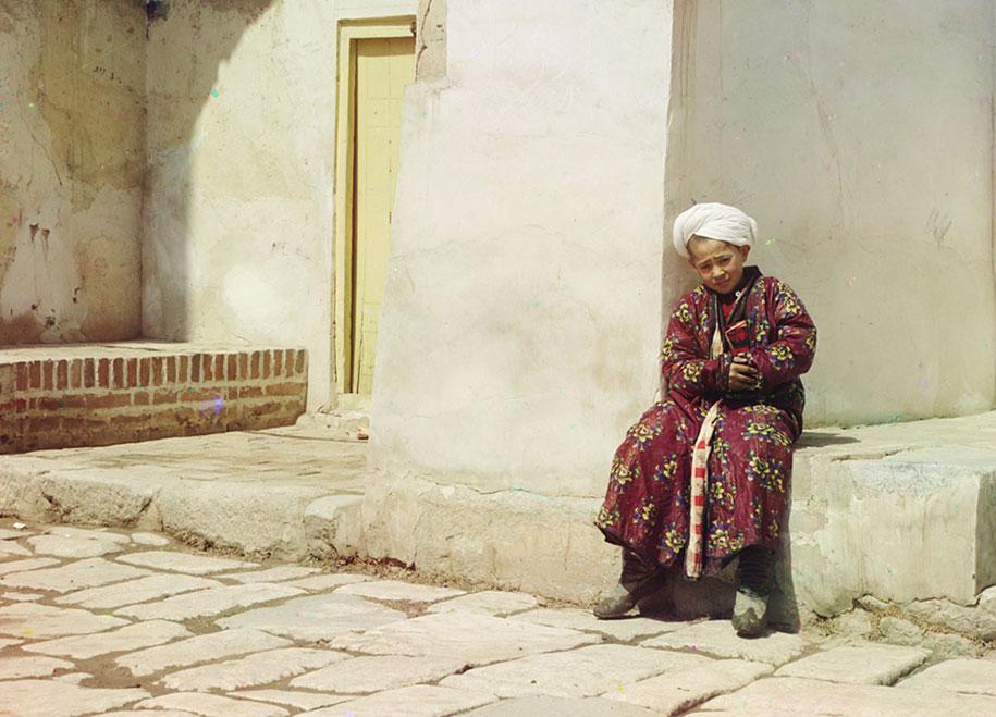 Un jeune musulman près de la mosquée de Samarkand, Ouzbékistan